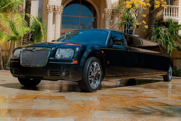 8 Person Chrysler 300 Limo Service Naples